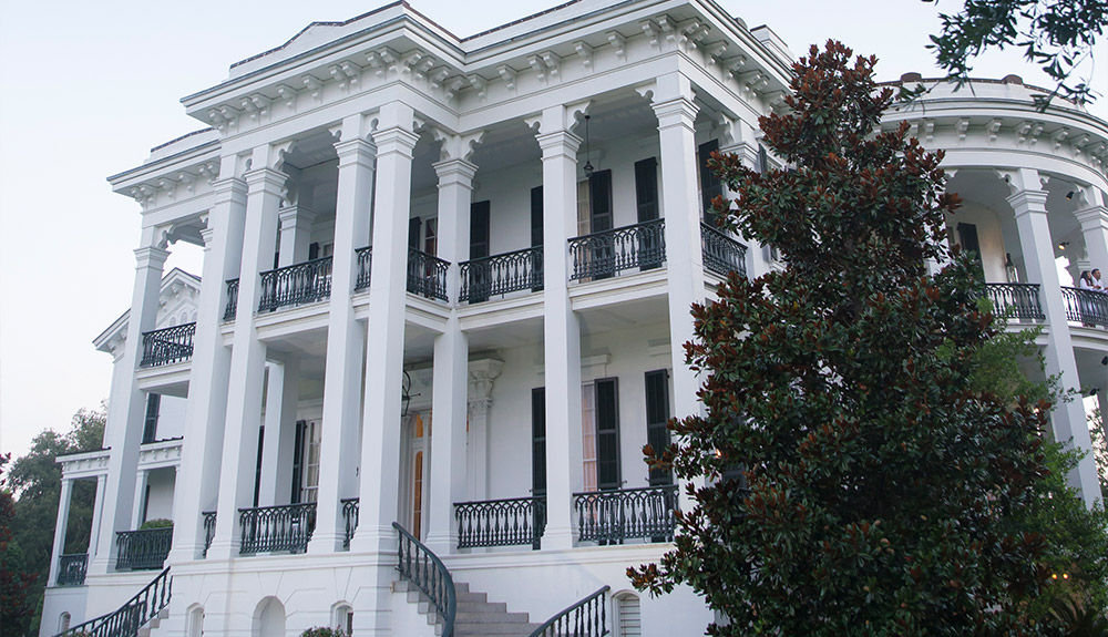 A large stately white building at a Louisiana plantation